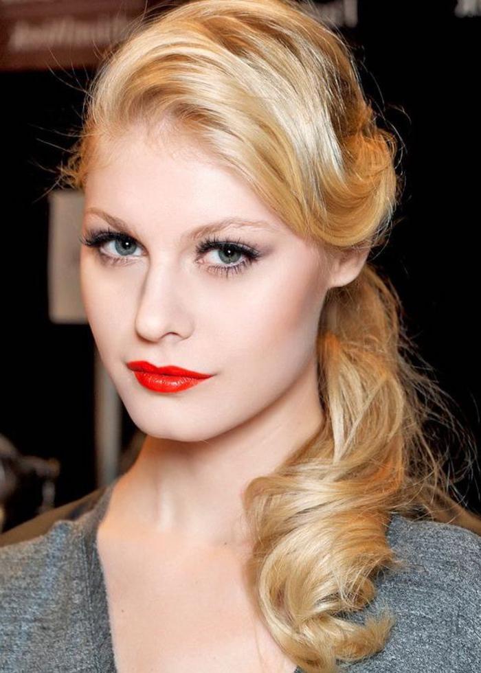 queue-de-cheval basse ondulée sublimée par une mèche rétro de côté, une coiffure femme année 50 pour cheveux longs blond