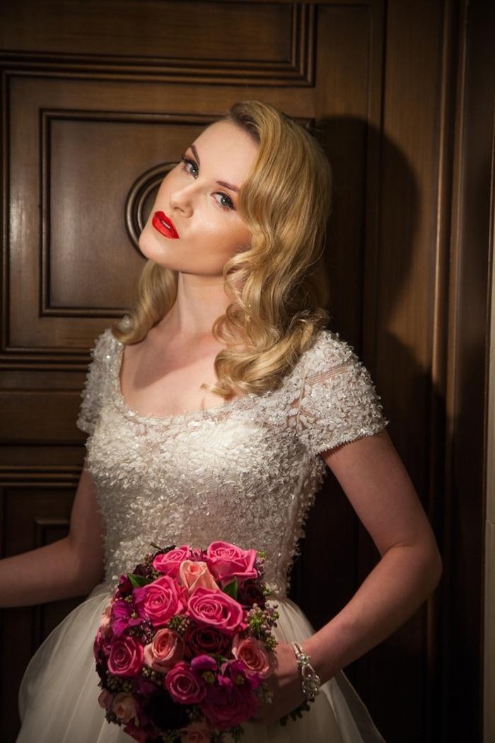 coiffure vintage de mariée cheveux détachées coiffés de côté à ondulations rétro glamour