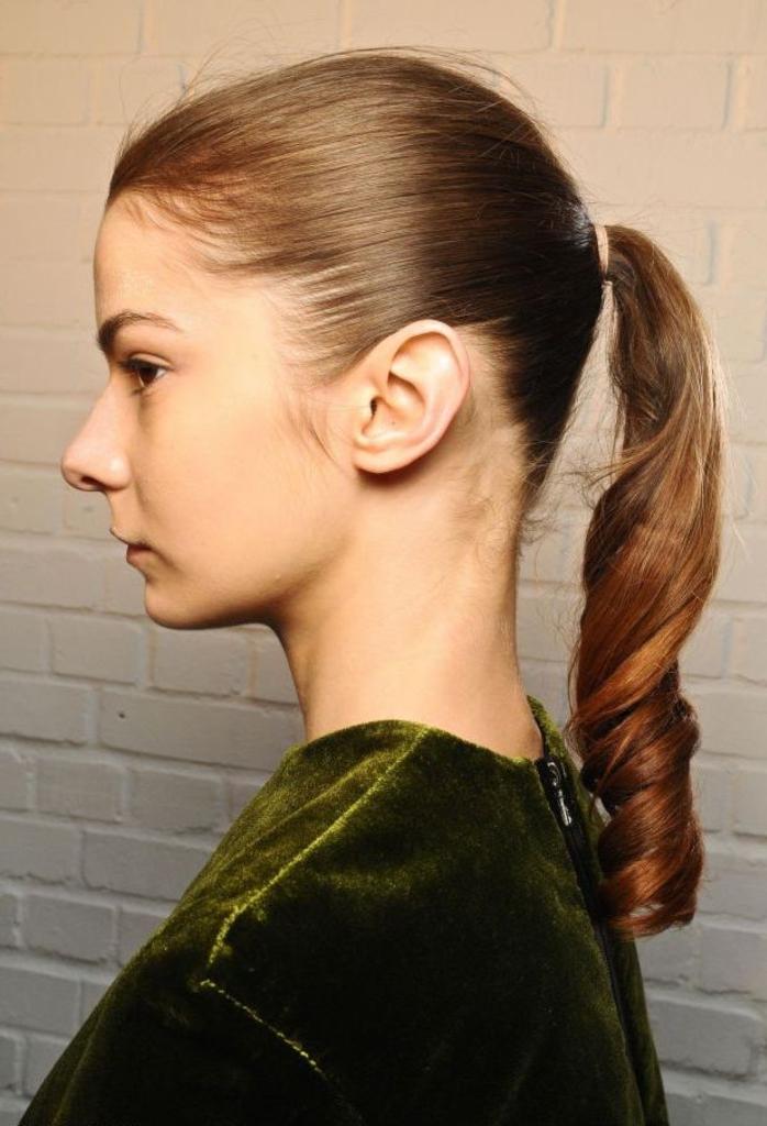 twist moderne de la coiffure vintage avec queue-de-cheval aux pointes bouclées idéale pour des cheveux fins