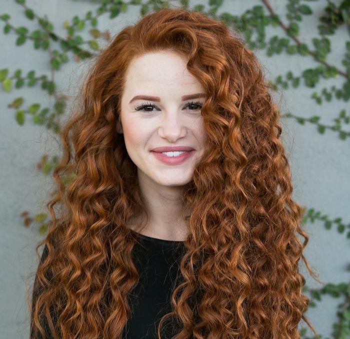 coiffure femme visage rond pour des cheveux longs bouclés, couleur cuivre, traits de visage arrondis