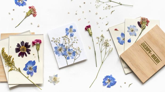 art floral original réalisée avec des pétales de fleurs séchées pour personnaliser une carte de voeux