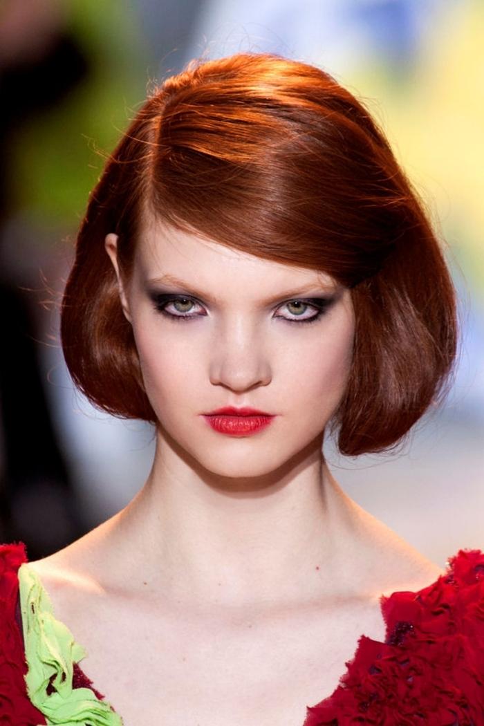 cheveux brun reflet auburn, maquillage pour yeux verts avec mascara noir et fards à paupières foncées