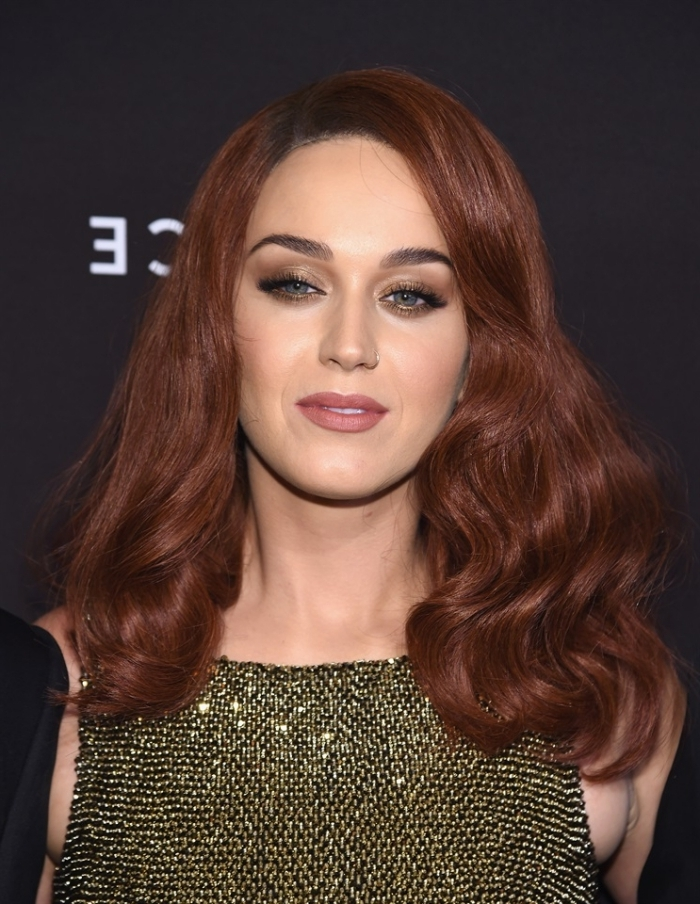 cheveux couleur auburn rouge, maquillage aux fards à paupières marron foncé et rouge à lèvres marron