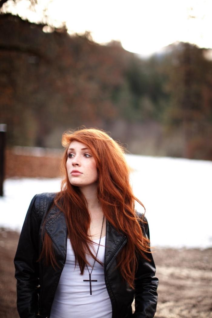 roux auburn, comment porter la veste en cuir noir femme, cheveux longs et légèrement bouclés sur les extrémités