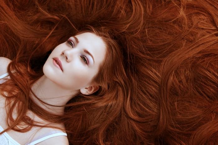 auburn cheveux brun, soin beauté pour les cheveux et le visage, contouring visage naturel avec lèvres rose