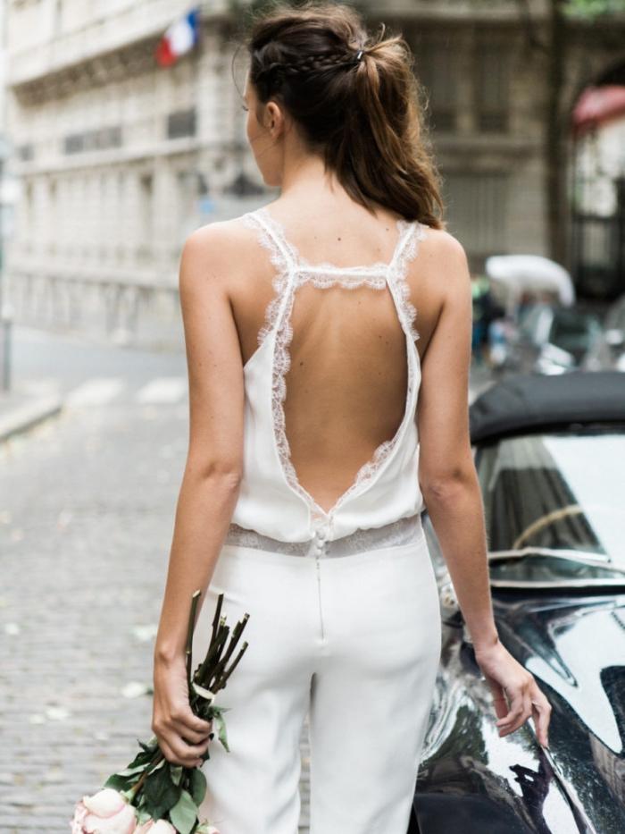 tenue ceremonie femme pantalon, combinaison blanche avec bretelles en dentelles sur le dos nu, coiffure cheveux mi-attachés avec tresse