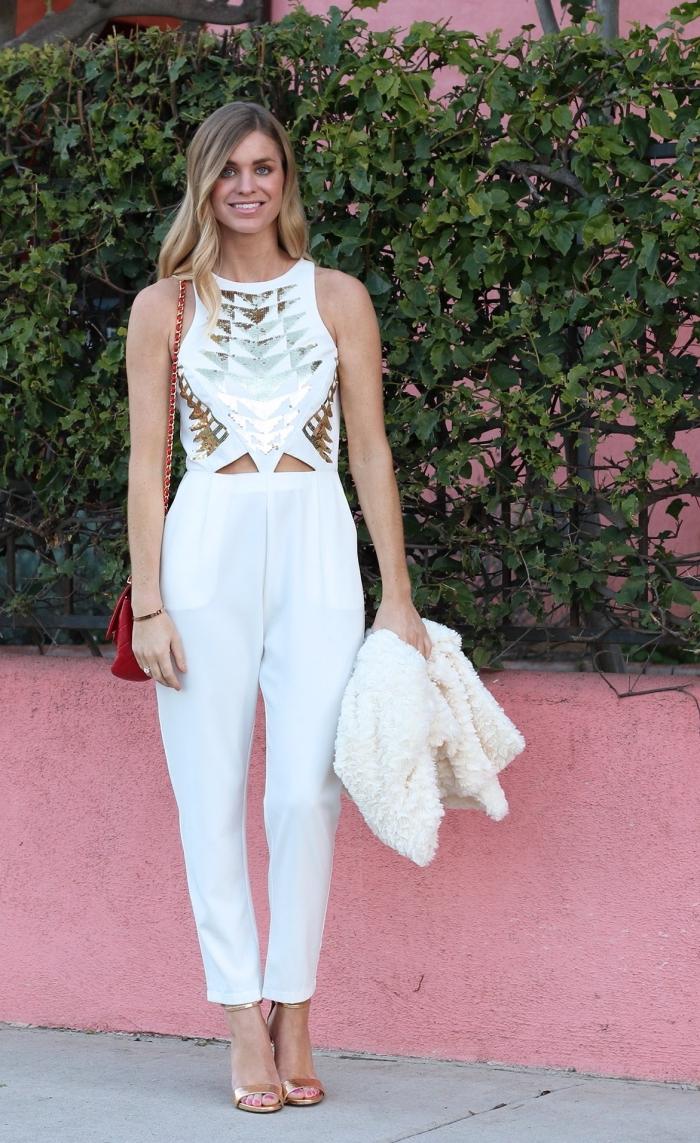 ensemble pantalon ceremonie femme, combinaison blanc avec top à décoration dorée et manteau en faux fur blanc