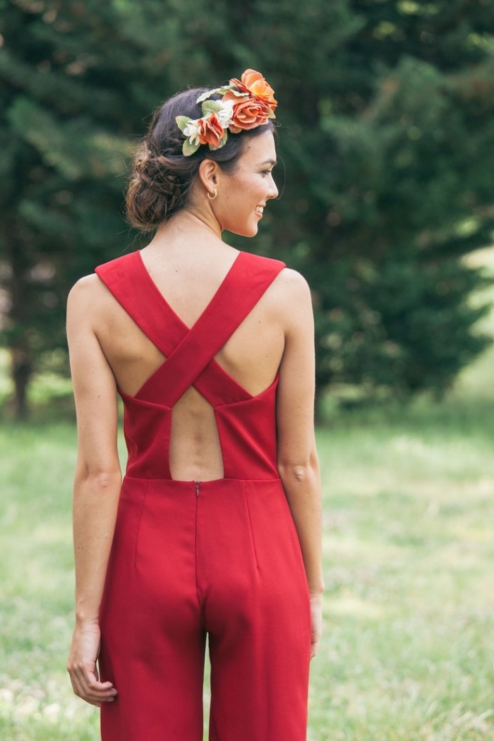 tenue ceremonie femme pantalon, modèle de combinaison rouge porté avec couronne de fleur sur les cheveux