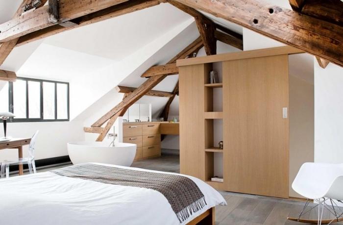 decoration chambre mansardée adulte, pièce au grenier avec baignoire, chambre au grenier aux murs blancs avec meubles et charpente en bois