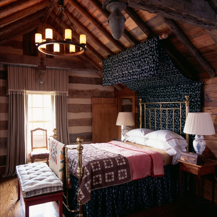 piece mansardée, lampe de chevet blanche avec décoration florale en bleu clair, couverture de lit en marron avec étoiles