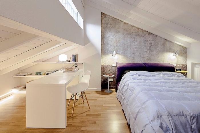 idee deco chambre mansardée, couverture de lit en violet, table de chevet ronde en blanc, bureau et chaise blanche d'office à domicile