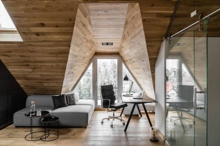 decoration d interieur, canapé d'angle en tissu gris avec coussins noirs, aménagement chambre au grenier avec coin office à domicile