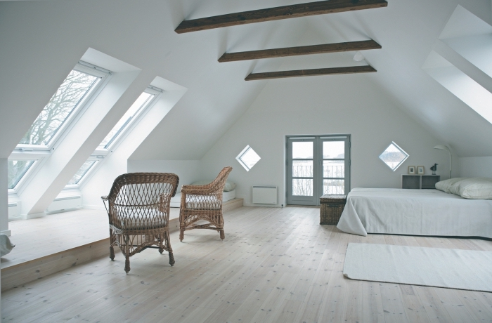 deco chambre, pièce aux murs blancs avec poutres et plancher en bois stratifié, panier et chaises en fibres végétales