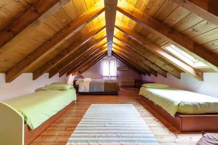 chambre mansardée, idée comment décorer la chambre d'enfant au grenier avec deux lits, linge de lit en vert