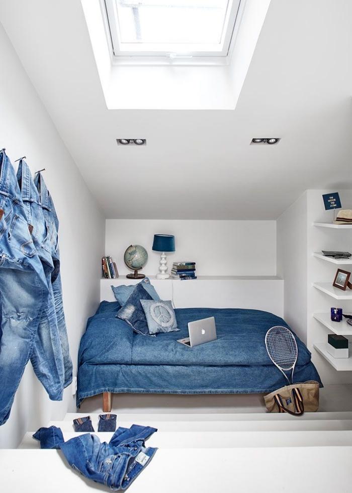 amenager comble, décoration de chambre diy en jeans, couverture de lit et coussins en denim, chambre blanche avec décoration bleue