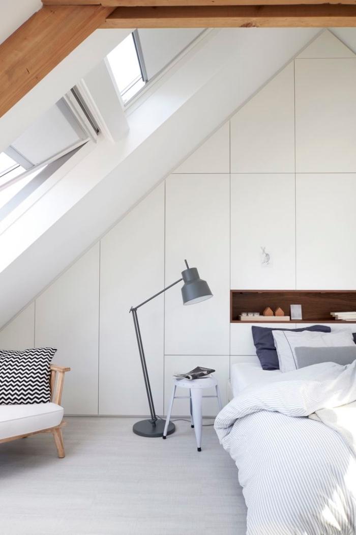 déco chambre sous pente, garde-robe intégré en blanc sans poignées avec petite étagère en bois foncé