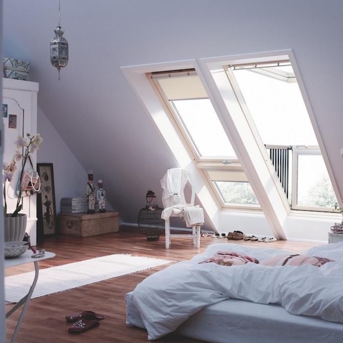 amenagement grenier, pot à fleurs gris avec orchidée blanche, garde-robe en bois peint blanc avec photos