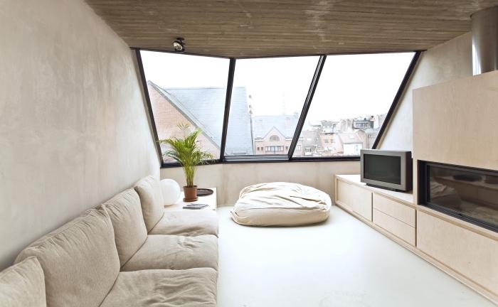 decoration d interieur, aménagement chambre à coucher ou salon au grenier avec poufs et meubles sans poignées