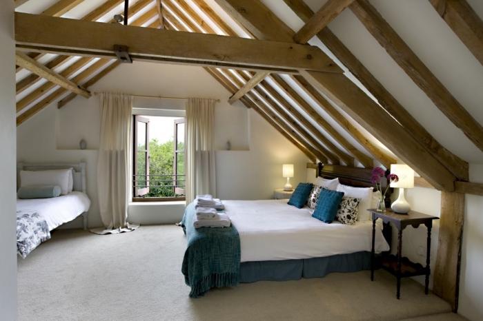 deco chambre, lit avec tête en bois peint en bleu clair, table de chevet en bois marron foncé avec petite lampe blanche