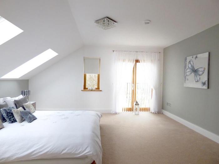 décoration chambre, peinture murale blanche et vert clair avec peinture à design papillon, porte et fenêtre de bois