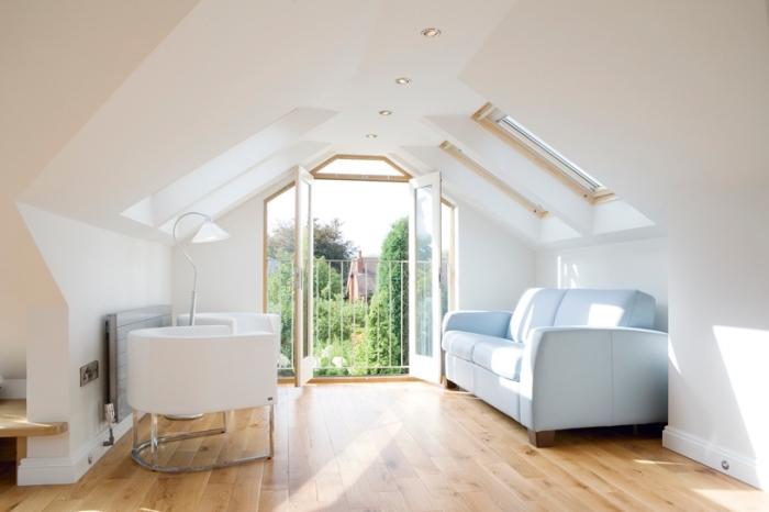 isolation combles, renouvellement des combles avec installation de plancher en bois et peinture blanche, meubles de salon à design moderne et simple