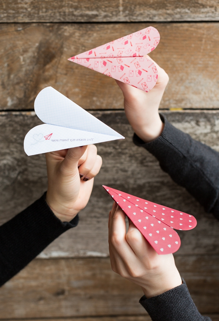 des avions en papier saint-valentin en forme de coeur pour offrir son message d amour romantique de façon originale
