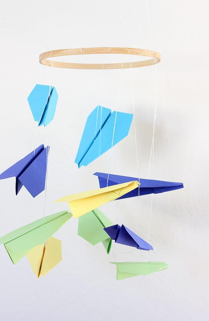 comment réaliser un mobile avec des avions en papier en suspensions pour une chambre d'enfant de rêve