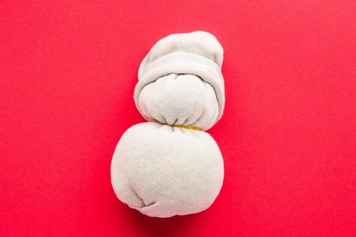 bonhomme de neige en laine, activité créative pour enfants, déco de Noël à fabriquer avec des matériaux simples
