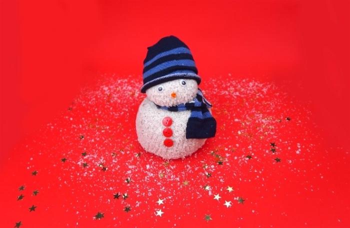 chaussette homme, idée comment recycler ses chaussettes pour créer un bonhomme de neige avec écharpe et bonnet