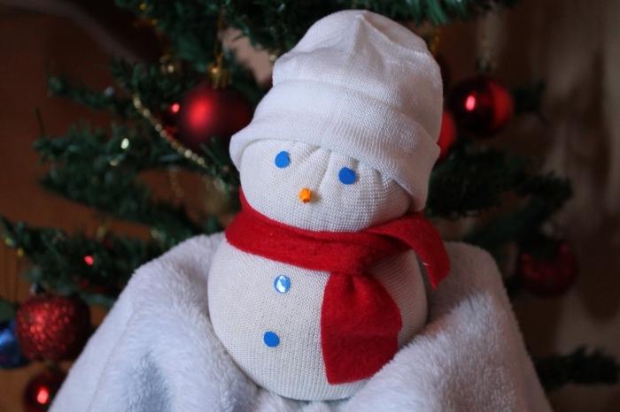 bonhomme de neige chaussette, petite figurine en chaussette avec écharpe rouge en tissu et yeux bleus