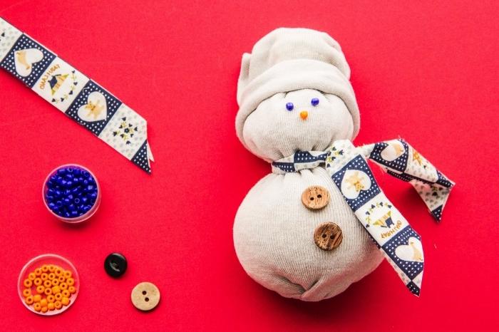 activité manuelle bonhomme de neige, projet créatif pour enfant, diy bricolage pour la déco de Noël facile