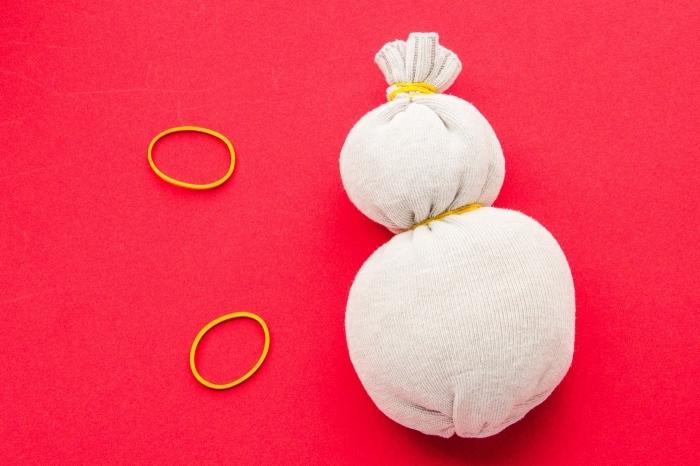 bonhomme de neige, photo pour savoir comment former le corps et la tête du bonhomme de neige en chaussure blanche