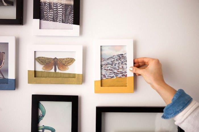 comment faire un cadre photo personnalisé repeint en bleu, jaune, blanc et vert de jaune, cadeau de noel a fabriquer soi meme