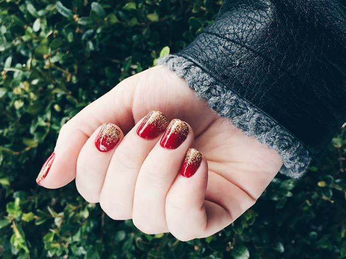 comment faire un manucure de noel facile, vernis à ongles rouge et bout d ongles en paillettes dorées-, design esthetique
