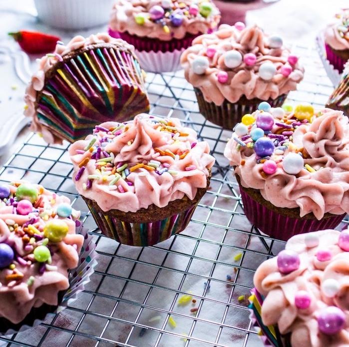 comment faire un glacage rose sur un cupcake au chocolat avec décoration de vermicelles colorées