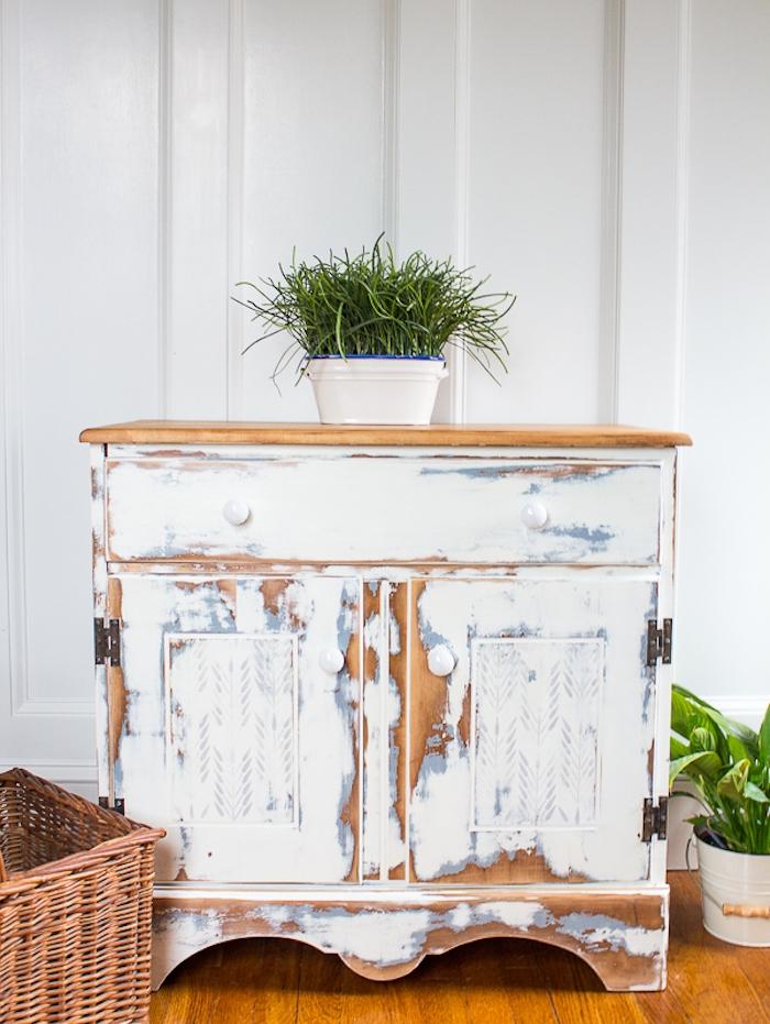 comment patiner un meuble, idée de meuble repeint en blanc à peinture écaillée pour laisser apparaite les vaines du bois, plante verte