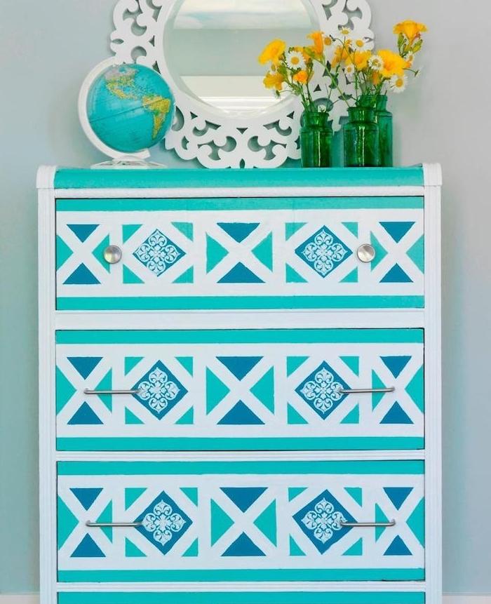 idée pour peindre un meuble au pochoir, peinture pour meuble couleur blanche et bleue, motif floral, miroir rond et bouquets de fleurs jaunes