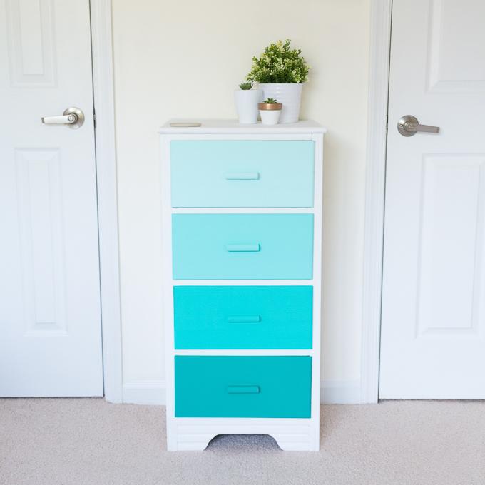 repeindre un meuble à effet ombré, différentes nuances de peinture pour meuble bleue sur la façade des tiroirs, côtés blancs