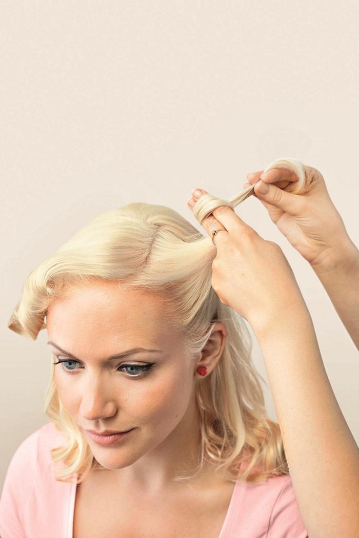 tuto pour réaliser une coiffure pin up rétro chic avec des victory rolls pour un look de femme pin up irrésistible