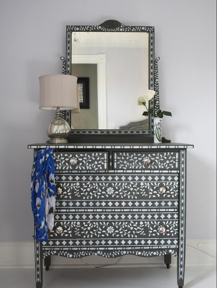 meuble relooké au pochoir, couleur peinture pour meuble noire et motif floral blanc, boutons vintage et miroir baroque, coiffeuse retro