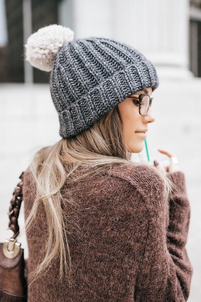 vetement femme, porter le pull over marron avec sac à main en cuir marron et bonnet en crochet gris et blanc