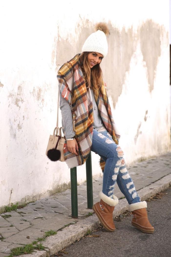 trouver son style vestimentaire, paire de jeans clairs déchirés combiné avec pull gris et écharpe longue à carreaux