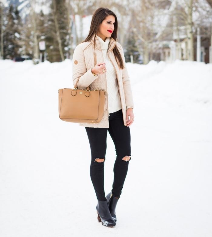 femme bien habillée, avec quelle couleur associer le beige, pantalon noir déchiré et pull à col enroulé blanc