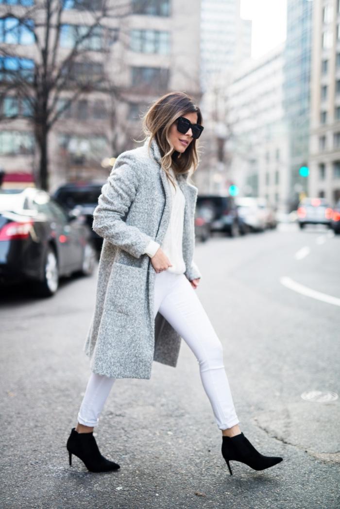 veste femme, comment porter les couleurs neutres, pantalon et pull blanc avec manteau long gris et bottes noires