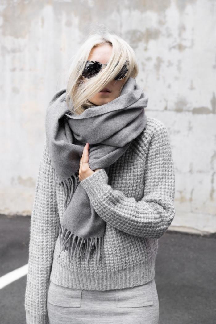 vetement femme, look total gris femme avec jupe gris clair et pull en crochet combinés avec écharpe longue en gris foncé