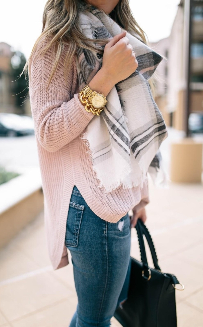 idee pour s habiller, pull loose en rose pastel combiné avec jeans clairs et sac à main en cuir noir