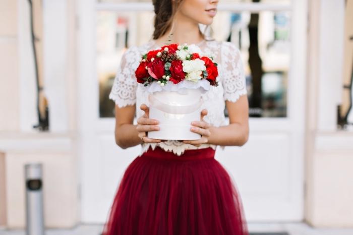 comment s habiller pour un mariage, modèle de jupe tutu en bordeaux combinée avec top crop blanc en dentelle florale et manches courtes
