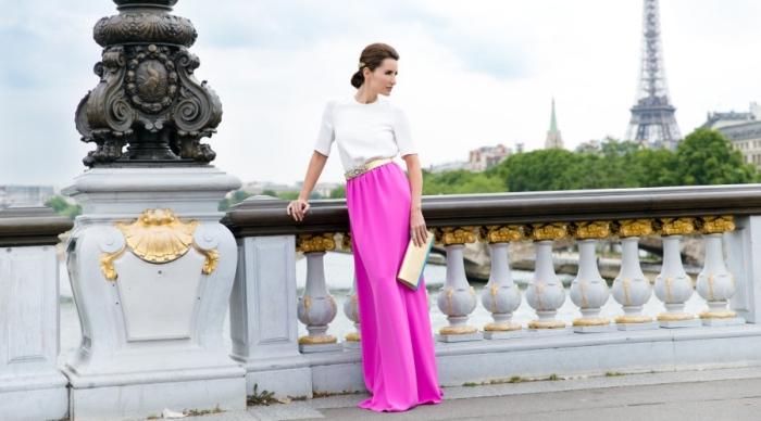 robe invitée mariage, jupe longue à taille haute combinée avec chemise blanche et ceinture dorée