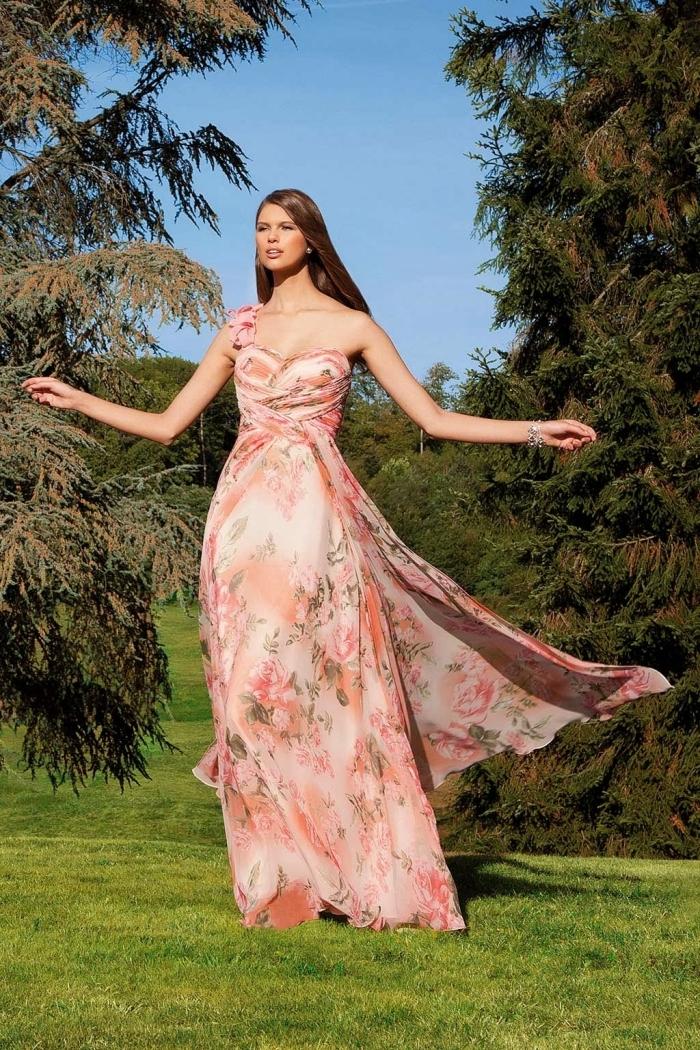 robe habillée pour mariage, modèle de robe invitée mariage aux couleurs rose et corail et motifs floraux