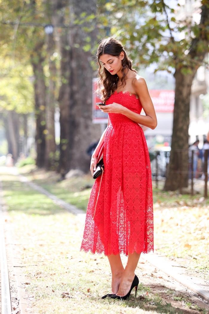 robe ceremonie femme, coiffure de cheveux bouclés et mi-attachés, robe rouge avec chaussures et pochette noires